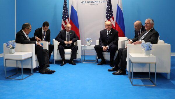 Władimir Putin, Donald Trump, Siergiej Ławrow i Rex Tillerson podczas spotkania w kuluarach szczytu G20 w Hamburgu - Sputnik Polska