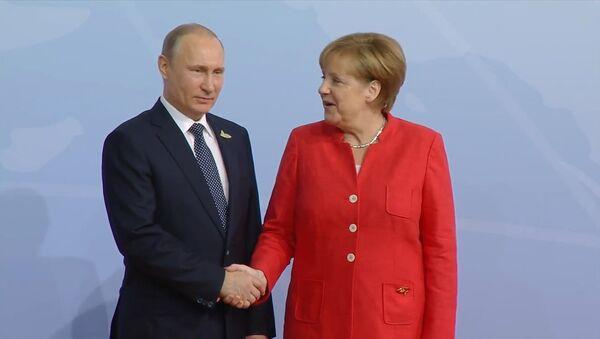 Putin i Merkel uścisnęli sobie dłonie na szczycie G20 - Sputnik Polska