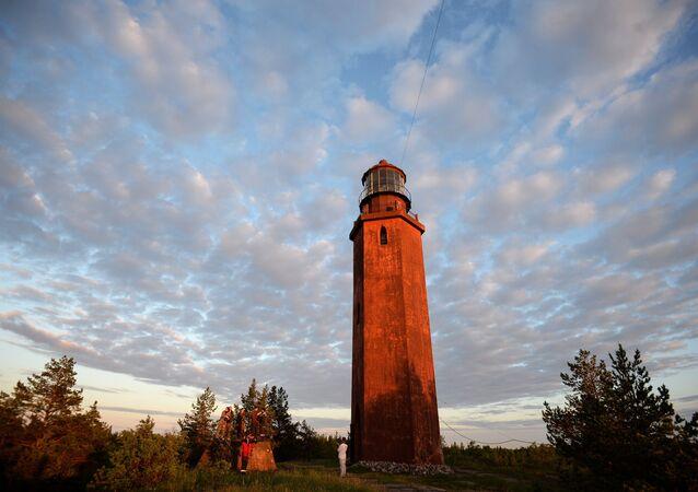 Na wyspie Bolszoj Tiuters znajduje się latarnia morska. Jej wysokości wynosi 21 metrów.