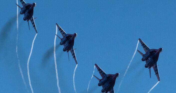 Wielozadaniowe myśliwce MiG-29 zespołu akrobacyjnego Striżi podczas obchodów 105-lecia Sił Powietrzno-Kosmicznych Rosji w Petersburgu