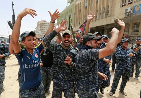 Iracka policja świętuje zwycięstwo nad siłami Państwa Islamskiego w Mosulu - Sputnik Polska