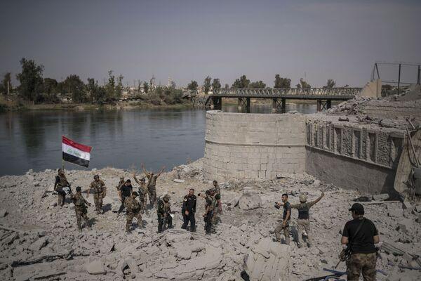 Irackie siły specjalne cieszą się ze zwycięstwa na brzegu rzeki Tigr w Starym Mieście Mosul - Sputnik Polska