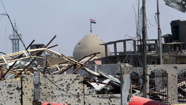 Iracka flaga nad meczetem w Starym Mieście Mosul - Sputnik Polska