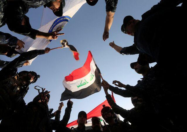 Iracka federalna policja podczas świętowania w Mosulu