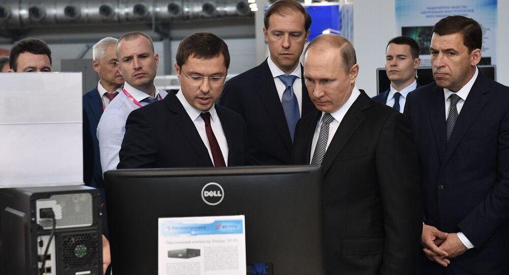 Dyrektor ds. zleceń szczególnych korporacji państwowej Rostech Wasilij Browko i prezydent Rosji Władimir Putin na 8. międzynarodowych targach przemysłowych INNOPROM-2017