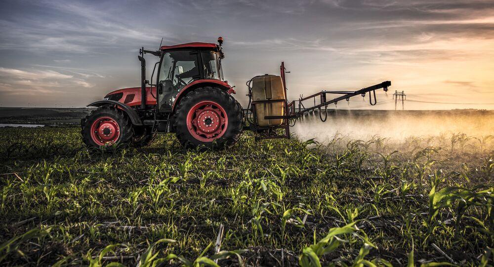 Traktor rozpyla oprysk