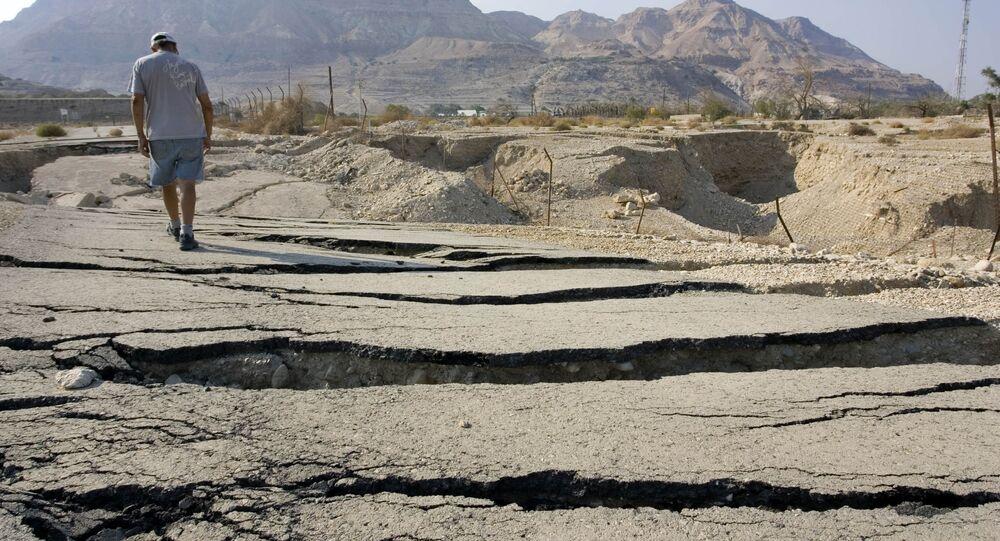 Popękana ziemia w jordańskiej dolinie