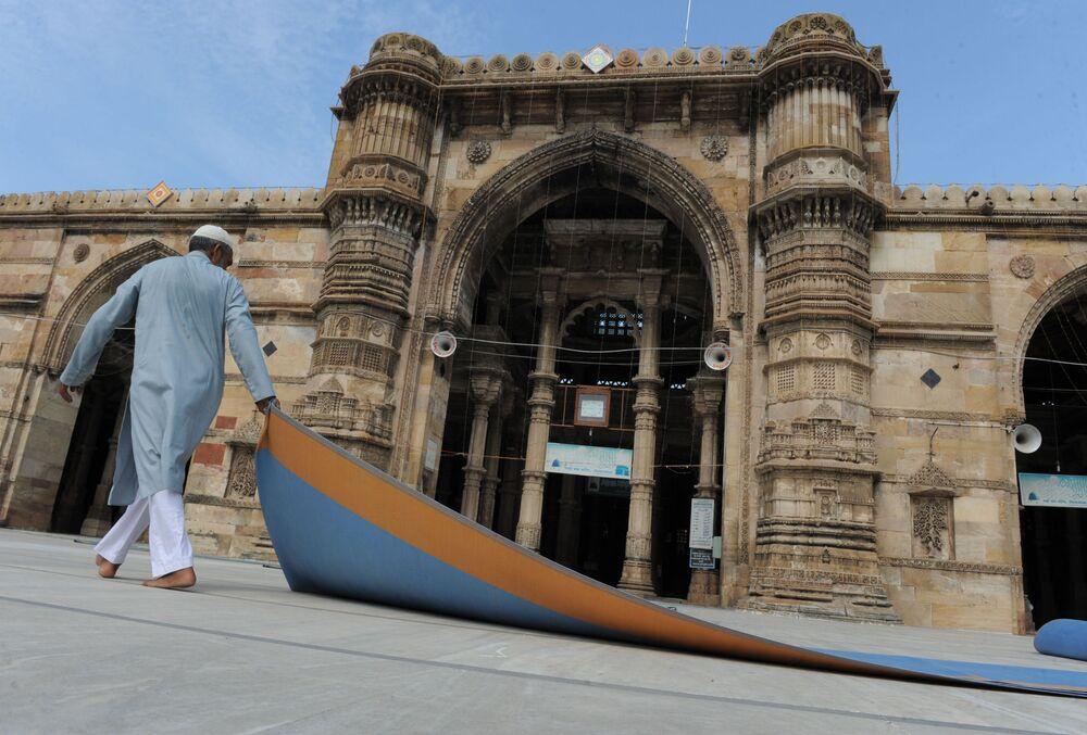 Indyjski muzułmanin przed meczetem w indyjskim mieście Ahmedabad