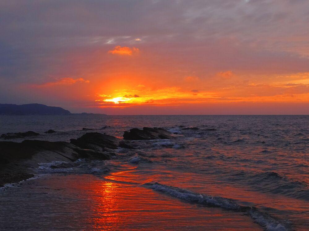 Zachód słońca na wyspie Okinoshima, Japonia