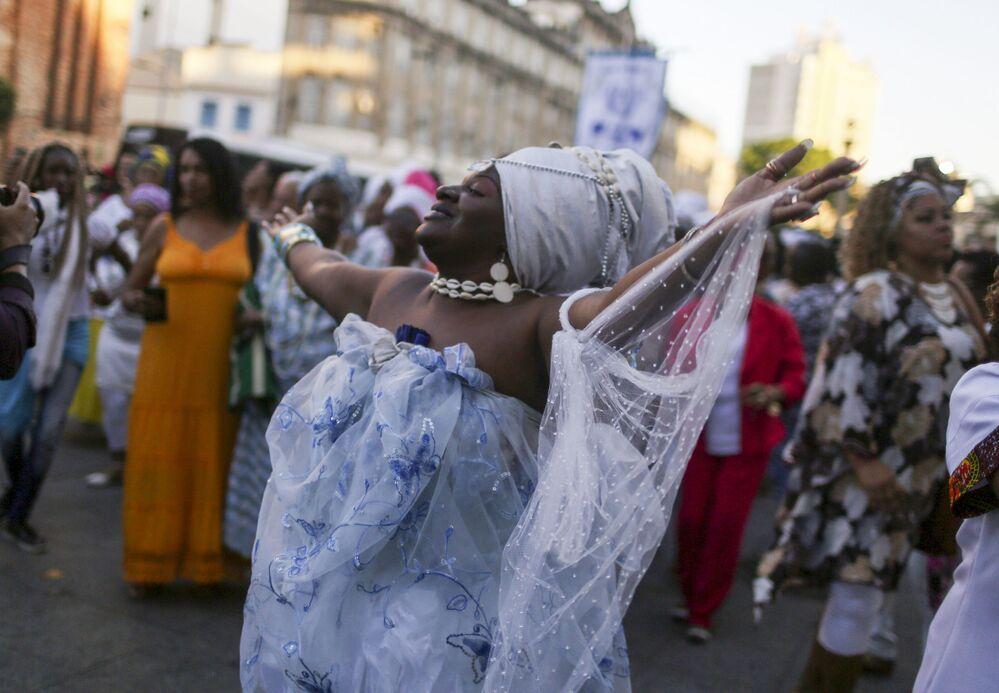 Tańcząca kobieta w Rio de Janeiro po wiadomościach wprowadzenia miasta na Listę Światowego Dziedzictwa UNESCO