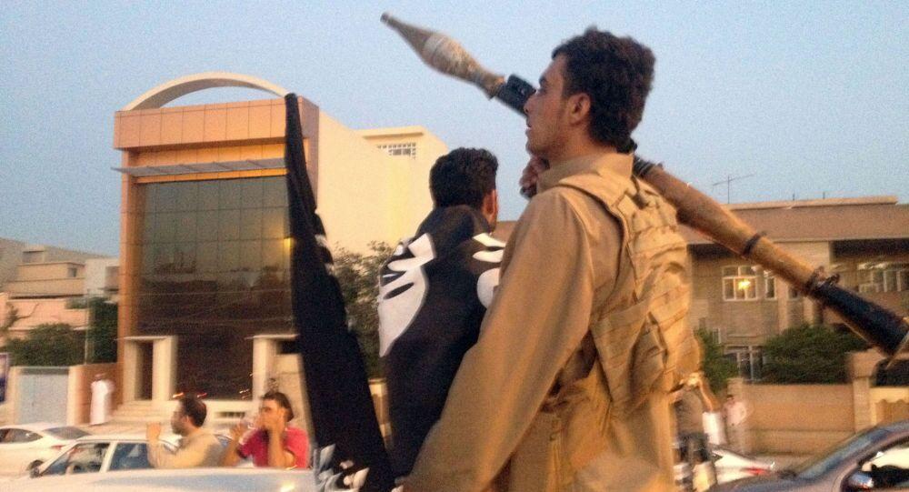 Parada członków PI w Mosulu, 2015 rok