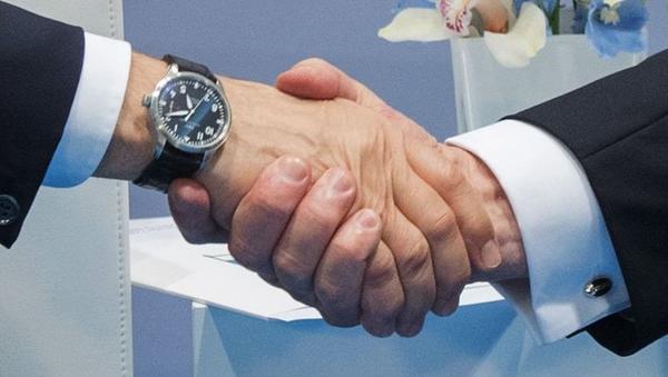 Uścisk dłoni prezydenta Rosji Władimira Putina i prezydenta USA Donalda Trumpa w czasie rozmowy na marginesie szczytu G-20 w Hamburgu - Sputnik Polska