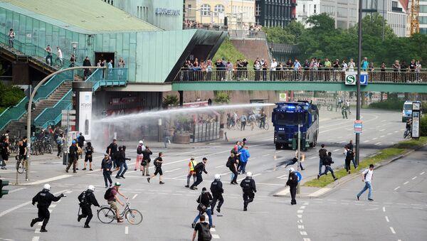 Hamburska policja rozgania protestujących w czasie szczytu G20 w Hamburgu - Sputnik Polska