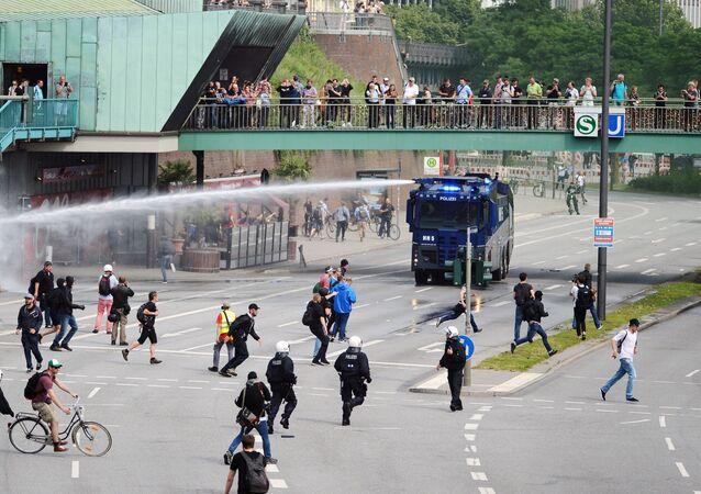 Hamburska policja rozgania protestujących w czasie szczytu G20 w Hamburgu
