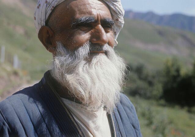 Stary Tadżyk w ubraniu narodowym