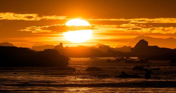Zachód słońca nad Lemaire Channel w Antarktyce - Sputnik Polska