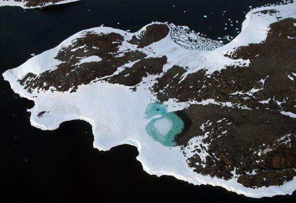 Jezioro utworzone przez topniejący śnieg na terytorium Budd przy wybrzeżu Antarktydy - Sputnik Polska