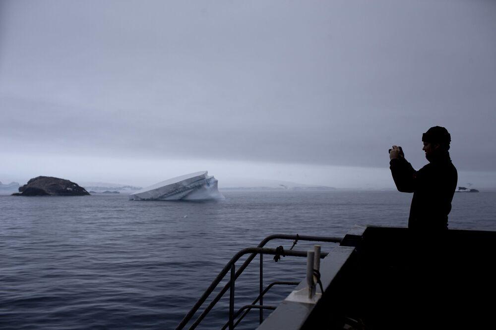 Szwajcarski geolog podczas fotografowania przyrody w Antarktyce
