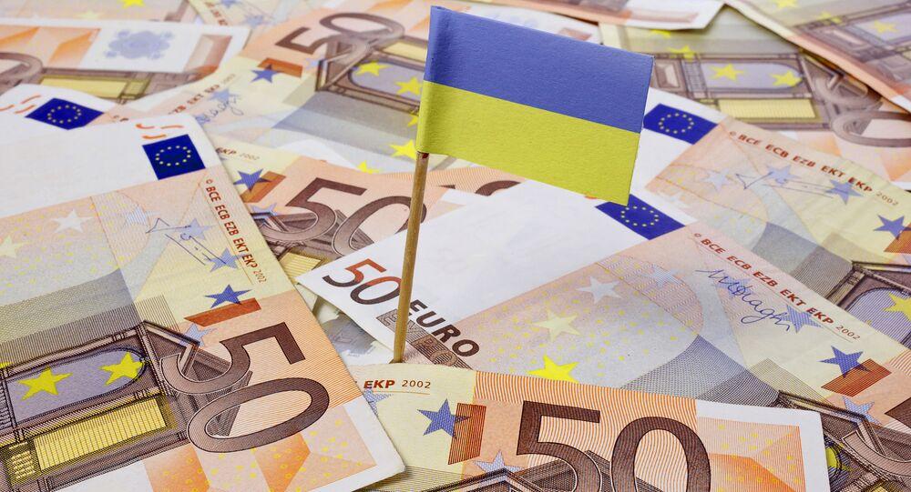Flaga Ukrainy na tle banknotów euro