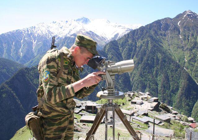 Funkcjonariusz straży granicznej na pograniczu Rosji i Gruzji
