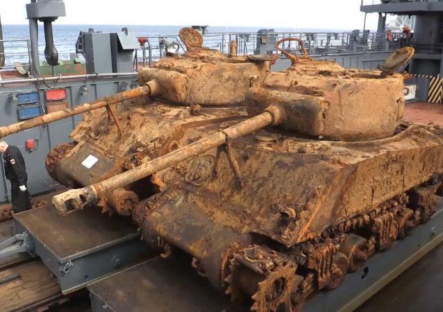 Nurkowie Floty Północnej wydobyli z dna Morza Barentsa dwa amerykańskie czołgi Sherman.