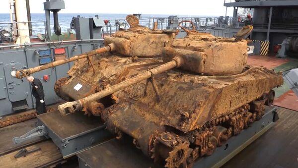 Nurkowie Floty Północnej wydobyli z dna Morza Barentsa dwa amerykańskie czołgi Sherman. - Sputnik Polska