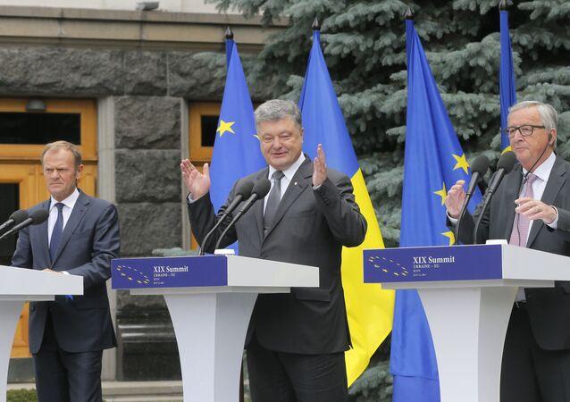 """Przewodniczący Komisji Europejskiej Jean-Claude Juncker, prezydent Ukrainy Petro Poroszenko i szef Rady Europejskiej Donald Tusk na konferencji prasowej podczas szczytu """"Ukraina - UE"""" w Kijowie"""