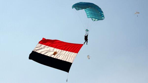 Żołnierz z egipską flagą podczas rosyjsko-egipskich ćwiczeń antyterrorystycznych - Sputnik Polska
