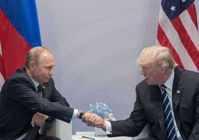 Prezydent Rosji Władimir Putin i prezydent USA Donald Trump podczas spotkania w kuluarach szczytu G20 w Hamburgu