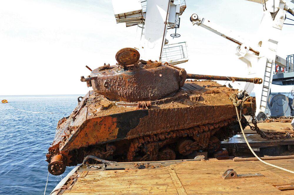 """Nurkowie Floty Północnej wydobyli z dna Morza Barentsa dwa amerykańskie czołgi """"Sherman."""