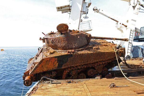 """Nurkowie Floty Północnej wydobyli z dna Morza Barentsa dwa amerykańskie czołgi """"Sherman. - Sputnik Polska"""