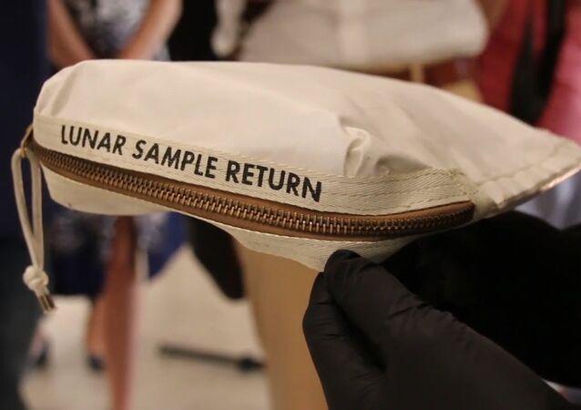 Torba Neila Armstronga z pyłem księżycowym na sprzedaż.