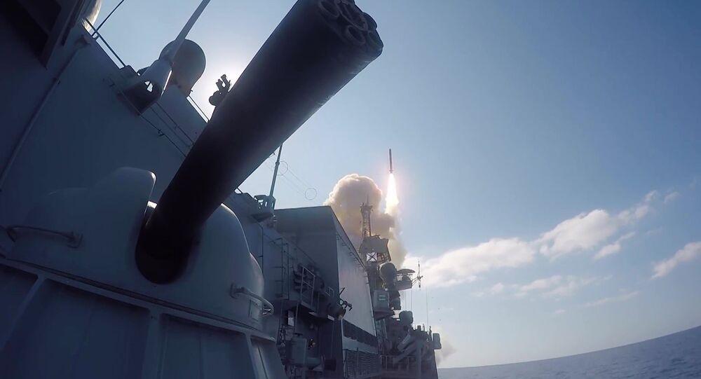 Wystrzelenie z rosyjskiego okrętu pocisku manewrującego Kalibr