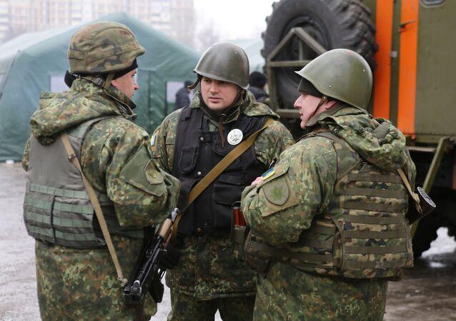 Ukraińscy żołnierze na ulicy Awdiejewki. Obwód doniecki