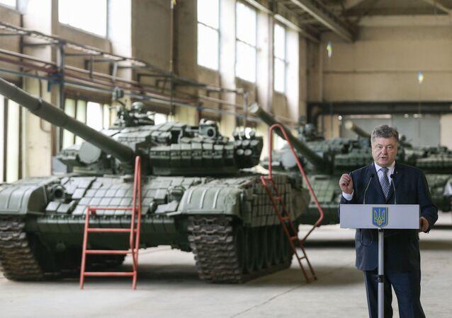 Ukraiński lider Petro Poroszenko w czasie wystąpienia we lwowskiej fabryce czołgów