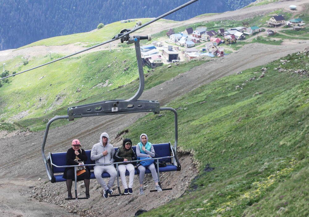 Narciarze i ci urlopowicze, którzy wypoczywają na górskich zboczach mogą skorzystać z kolejek linowych. Po wspięciu się na wysokość 2400 metrów turyści mogą rozkoszować się panoramą łańcucha śnieżnych gór o szerokości ponad 30 kilometrów.