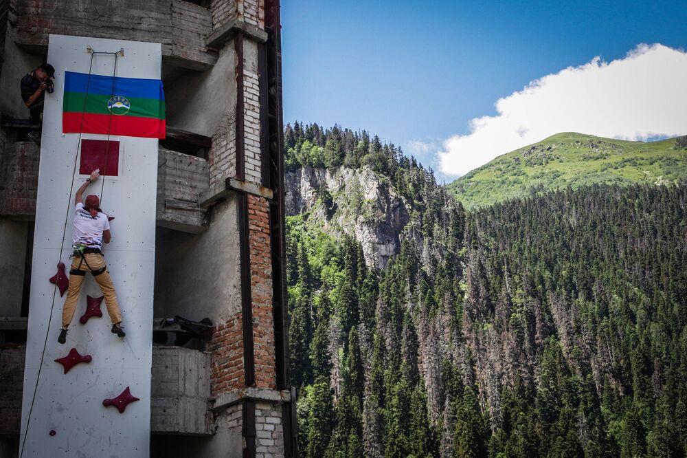 """Dombaj ze swoimi nieprzystępnymi szczytami górskimi jest jedną z głównych """"mekk"""" alpinizmu w Rosji."""