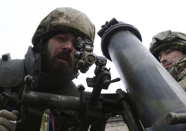 Ukraińscy wojskowi z moździerzem w obwodzie donieckim