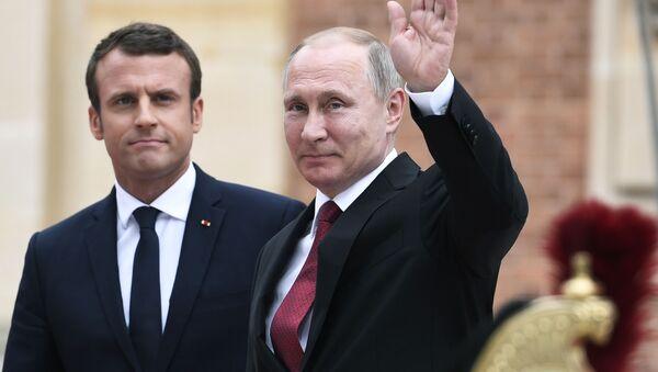 Emmanuel Macron i Władimir Putin - Sputnik Polska