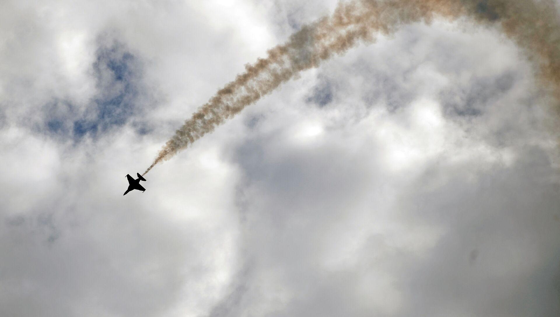 Samolot Jak-130 podczas lotu treningowego przed rozpoczęciem Międzynarodowego Salonu Lotniczego i Kosmicznego MAKS-2017 w Żukowskim. - Sputnik Polska, 1920, 19.05.2021
