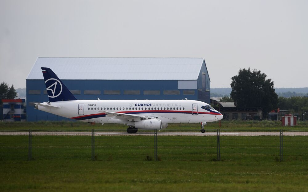 Samolot Suchoj SuperJet 100 na poligonie podczas przygotowań do otwarcia Międzynarodowego Salonu Lotniczego i Kosmicznego MAKS-2017 w Żukowskim.