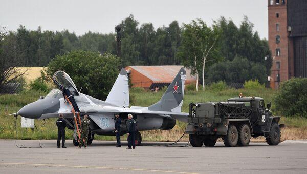 Wielozadaniowy myśliwiec MiG-29 podczas tankowania na poligonie - Sputnik Polska