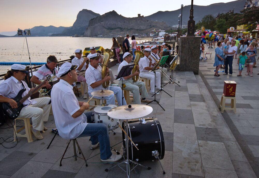 Orkiestra na deptaku przybrzeżnym w Sudaku.