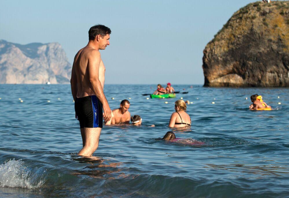 Urlopowicze na plaży Jasper w Sewastopolu.