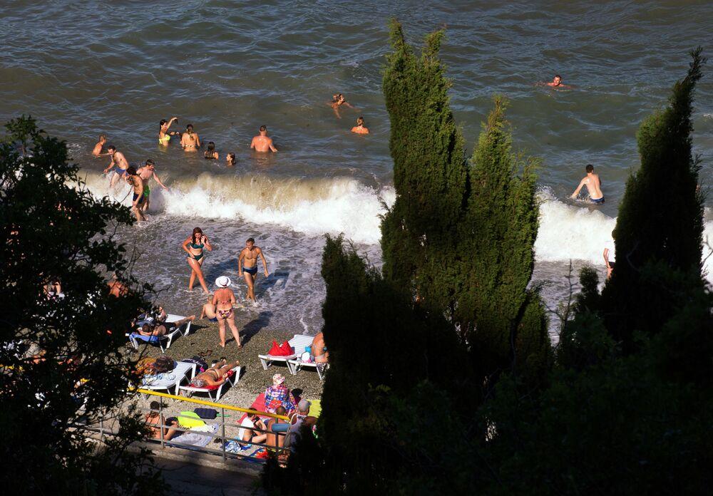 Wczasowicze na plaży w miejscowości Partenit.