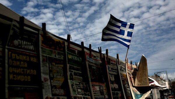 Grecka flaga powiewająca nad stoiskiem z gazetami - Sputnik Polska