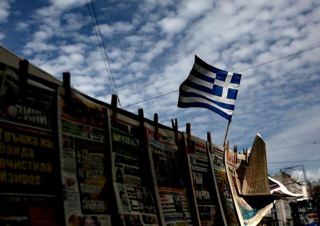 Grecka flaga powiewająca nad stoiskiem z gazetami