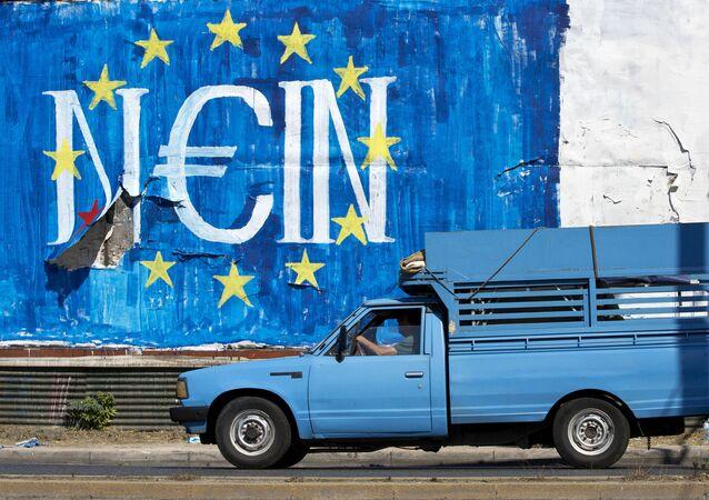 Grafiti w Atenach ze słowem Nie w języku niemieckim z symboliką UE