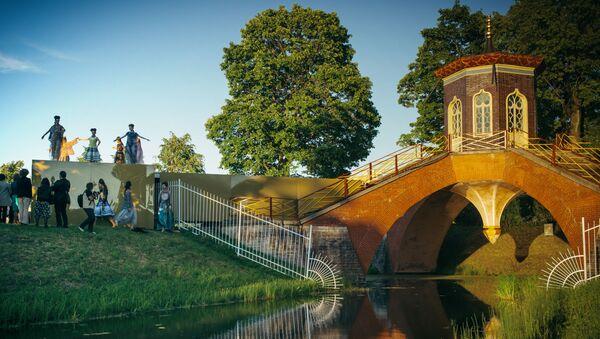 Krzyżowy most  na terenie kompleksu pałacowo-parkowego Carskie Sioło - Sputnik Polska