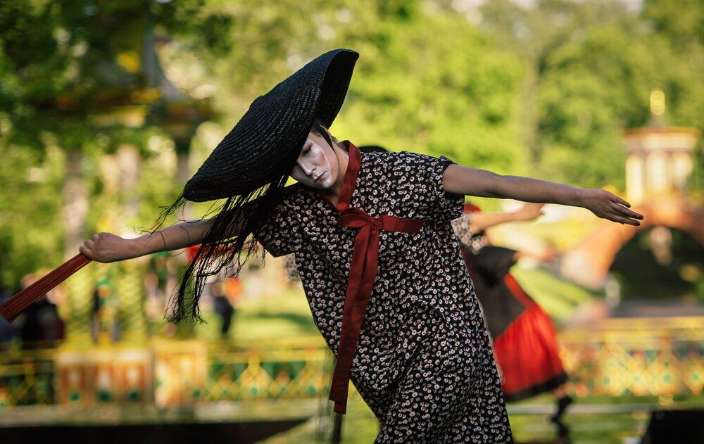 Prezentacja kolekcji Szkatułka № 36,5 kreatorki Lilii Kiselenko w ramach pokazu teatralizowanego Chiński kaprys na terenie kompleksu pałacowo-parkowego Carskie Sioło